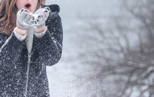 手袋をした女性・雪景色