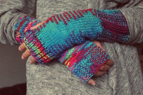 指が開いているニット手袋をした女性