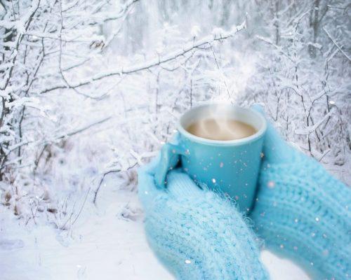 手袋とホットコーヒー