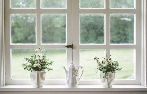 花が飾られた窓辺