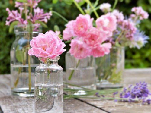花が入ったガラス瓶