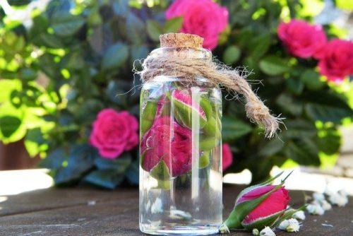 バラの花とガラス瓶