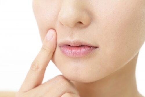 唇の荒れを気にする女性
